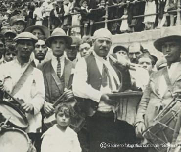 Tamburini davanti al sagrato della chiesa