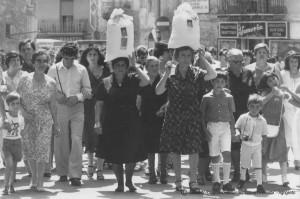 23-28-Festa-Madonna-del-Monte-Le-donne-con-i-sacchi-di-sale-in-testa-durante-la-processione