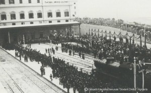 96-25-1-bis-Camice-nere-allinaugurazione-della-stazione