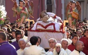 Fedeli in processione il Venerdì Santo
